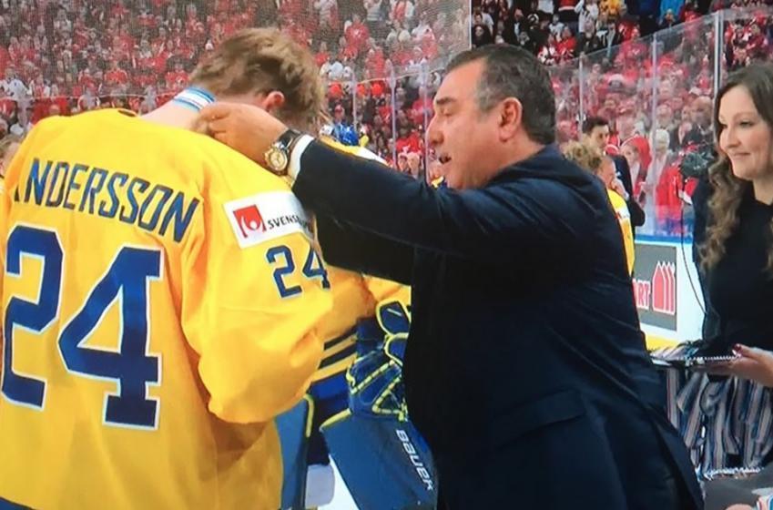 Le capitaine de la Suède lance sa médaille dans la foule avec dégoût!