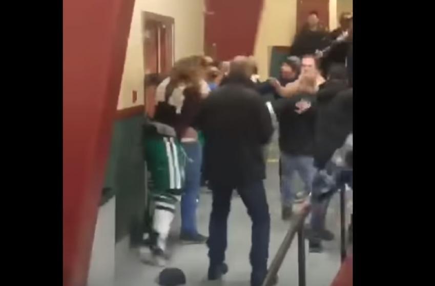 Des joueurs sautent dans les estrades pour se battre avec les fans!
