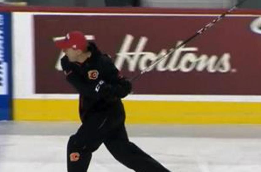 L'entraîneur-chef des Flames pète une coche en plein entraînement!